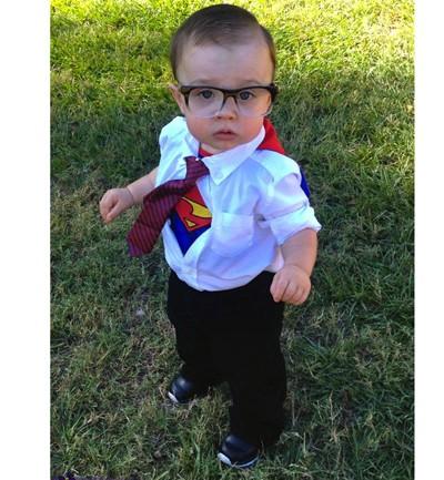A veces, las ideas más sencillas son las más efectivas. Una camisa, pantalones, corbata, una camiseta de Superman, ¡y ya tienes el disfraz de Clark Kent! Las gafas solo durarán para la foto.