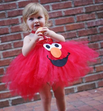 Con una falda de tul roja y unas piezas de fieltro de colores puedes hacer un disfraz de Elmo, el famoso personaje de Barrio Sésamo. El resultado es espectacular.