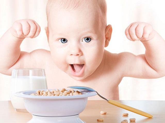 bebe_comiendo